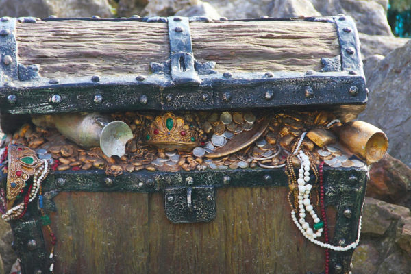 cercare monete e gioielli in spiaggia con il metal detector